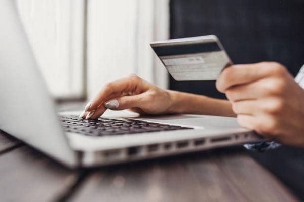 Donna Paga online con carta di credito